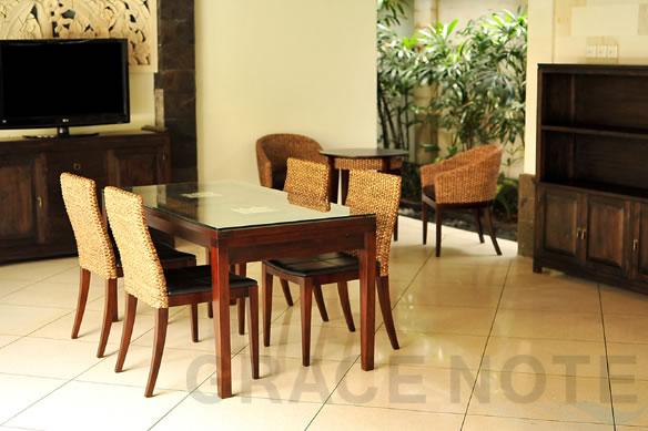 アジアン家具 ガラス天板の施しが高級感を醸しだすダイニングテーブル