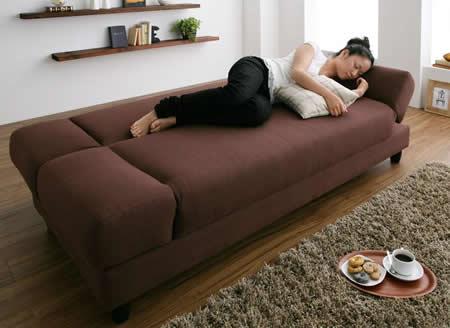 肘置きがあるリクライニングカウチソファーベッド 肘掛部分は枕代わりに